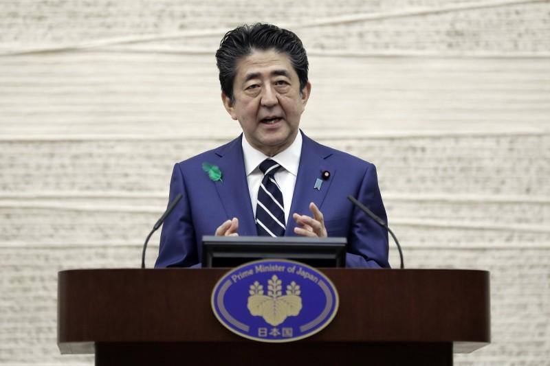 日本首相安倍晉三今天呼籲民眾「線上返鄉」,避免4月底黃金週大型長假因為人潮大移動造成疫情擴大。資料照。(彭博)