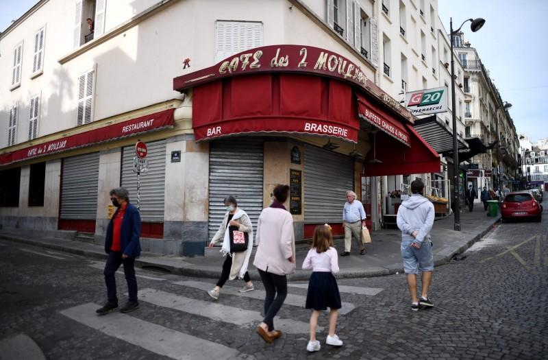 法國在武漢肺炎防疫封鎖期間,境內有超過1000萬名私營企業員工被解雇。圖為法國巴黎街道上的民眾。(法新社檔案照)