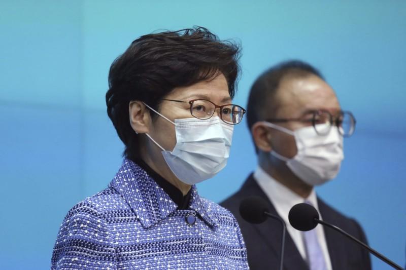 香港政府高層人事大地震,特首林鄭月娥今率領5名新任局長出席記者會。(美聯社)
