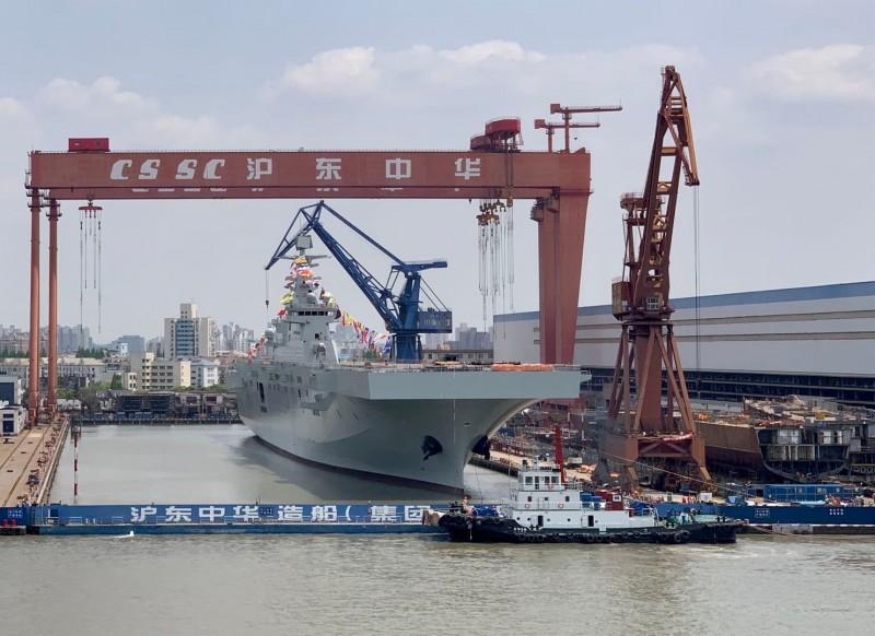 中國解放軍075型兩棲攻擊艦2號艦今下水,前海軍艦長呂禮詩認為,其為台海防衛作戰最大的挑戰。(圖擷自呂禮詩臉書)