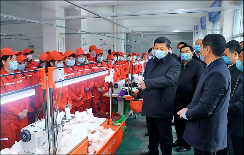 中國國家主席習近平廿一日在陝西省安康市老縣鎮一座工廠生產線視察。 (美聯社)