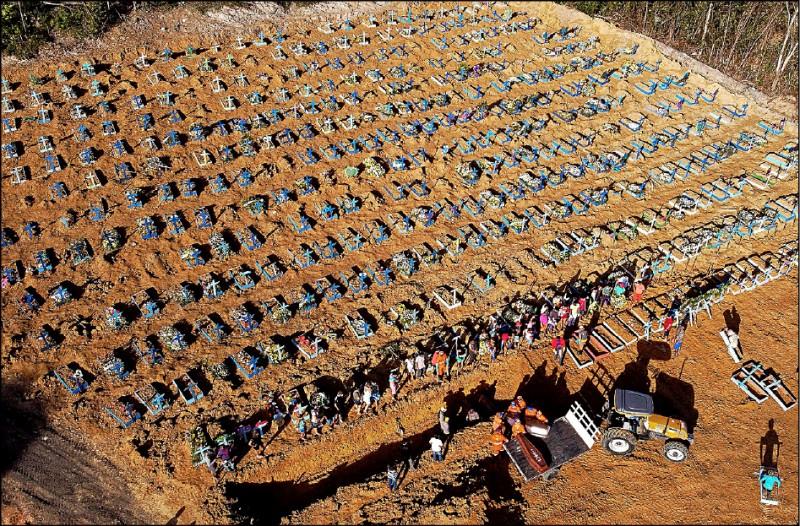 巴西感染武漢肺炎的確診者多達4萬3592人,死亡病例約2800起,21日有棺木陸續運入亞馬遜州首府瑪瑙斯市一處墓園。(法新社)