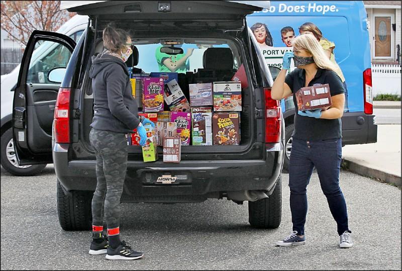 美國人口最多的紐約市因武漢肺炎淪陷,圖為捐贈物資十六日運抵當地社團,待分發給有需求者。 (法新社檔案照)