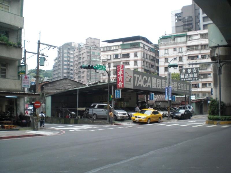 新北市中和區捷運景安站附近的老舊公寓申請都更,將改建住商大樓。(都市更新處提供)