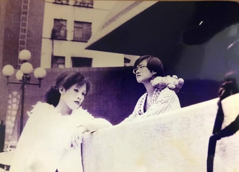 總統府發言人丁允恭在大學時期留長髮,頂著劇場裝參與街頭戲劇表演。(擷取自網路)
