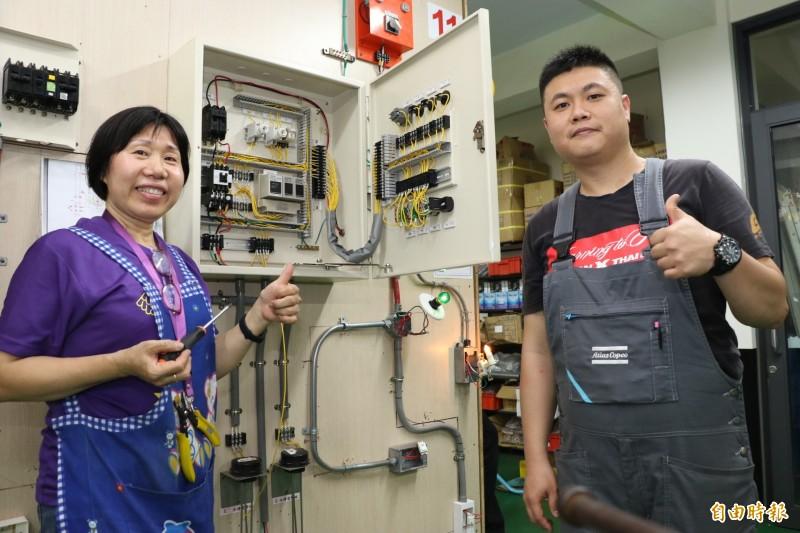 56歲的鍾鳳珠(左)完成配電線,小燈泡順利亮起, 右為指導老師陳彥霖。(記者何玉華攝)