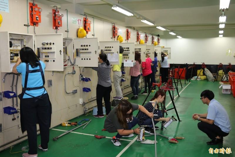 新北市社會局與勞工局職訓中心合作, 專為婦女開辦丙級室內配線職訓班。(記者何玉華攝)
