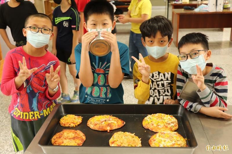 興華國小學童手作披薩,充滿成就感。(記者林國賢攝)