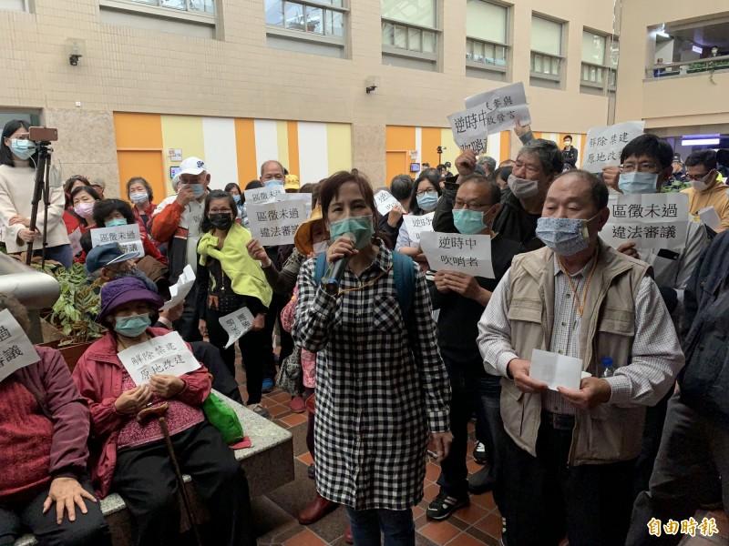 社子島自救會今天在台北市都市計畫委員會外抗議「黑箱作業」。(記者郭安家攝)