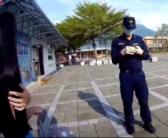 泰國女子入境台灣卻違反居家檢疫規定,花蓮縣警察局員警上月26日在花蓮火車站查獲,花蓮縣衛生局對泰女罰款100萬元。(記者王錦義翻攝)