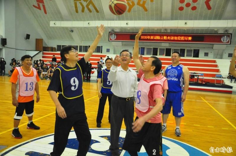 澎湖縣長賴峰偉為熄燈公益籃球賽,擔任開球嘉賓。(記者劉禹慶攝)