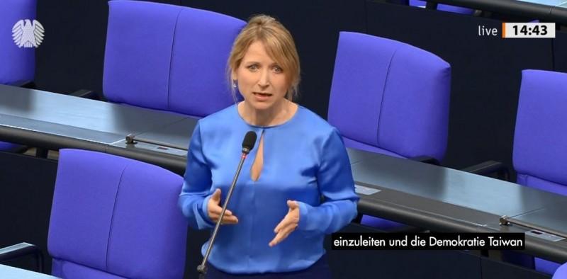 曾來訪台灣的友台德國議員珂璐22日在德國國會質詢時,公開為台灣發聲。(圖擷取自臉書_Daniela Kluckert)