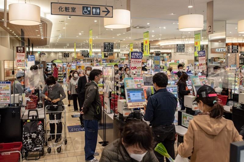 武漢肺炎疫情蔓延,東京今日再增134人感染,總計3537例確診,為全境確診數之最。對此,東京都知事小池百合子擬要求東京市民每三天只進行一次購物活動,希望降低超市、賣場人群聚集的狀況。(法新社)