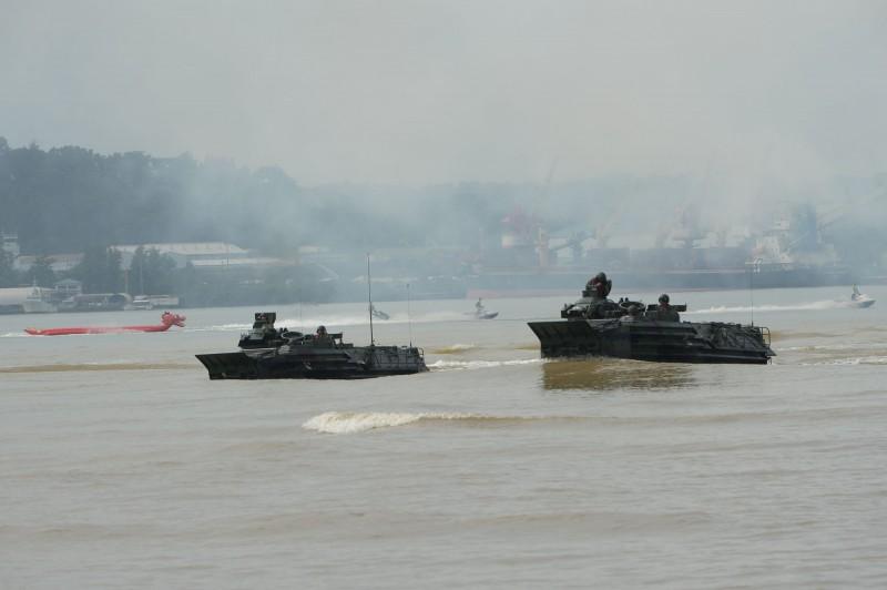 菲律賓軍方證實,一艘軍艦2月在南海巡航時,中國軍艦射控雷達疑似瞄準菲國艦艇。圖為菲律賓海軍陸戰隊2019年進行兩棲練習。(歐新社檔案照)