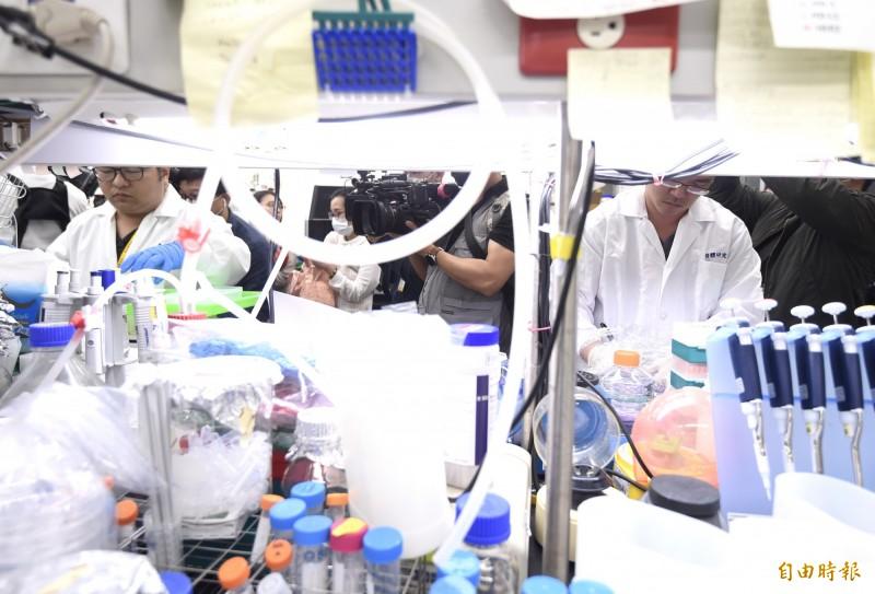 中研院找到快篩關鍵15分鐘揪出武漢肺炎病毒,並開放實驗室讓媒體拍攝。(記者簡榮豐攝)