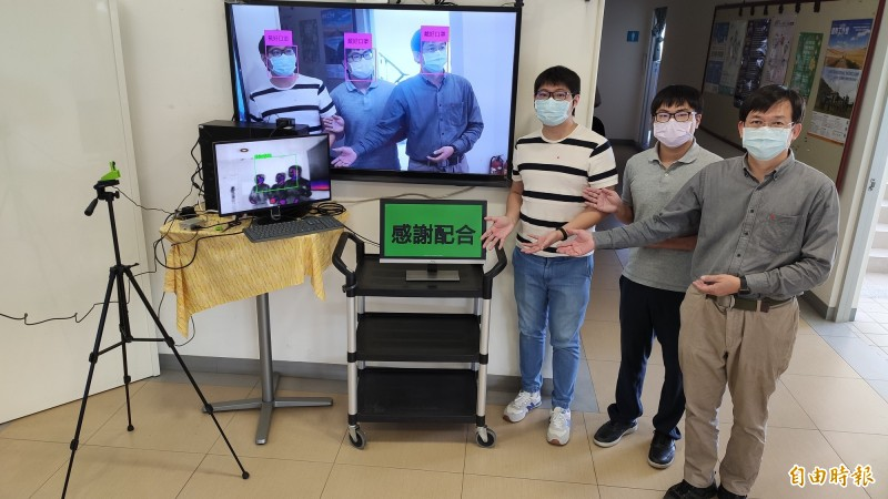 高雄大學防疫導入AI人工智慧,推智慧感應體溫、戴口罩辨識。(記者陳文嬋攝)