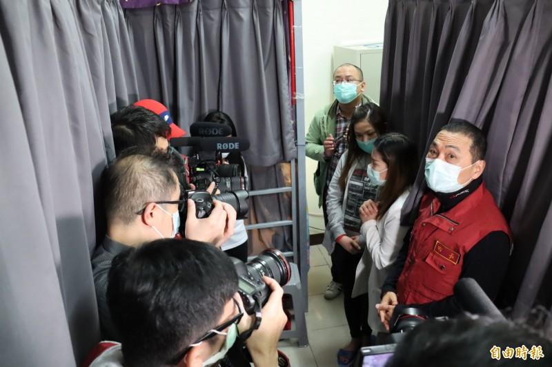 侯友宜前往外籍移工宿舍視察防疫作為。(記者翁聿煌攝)