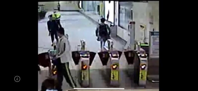 吳姓女子(左)在捷運剪票口持刀、揮舞,嚇壞乘客、保全。(記者吳仁捷翻攝)