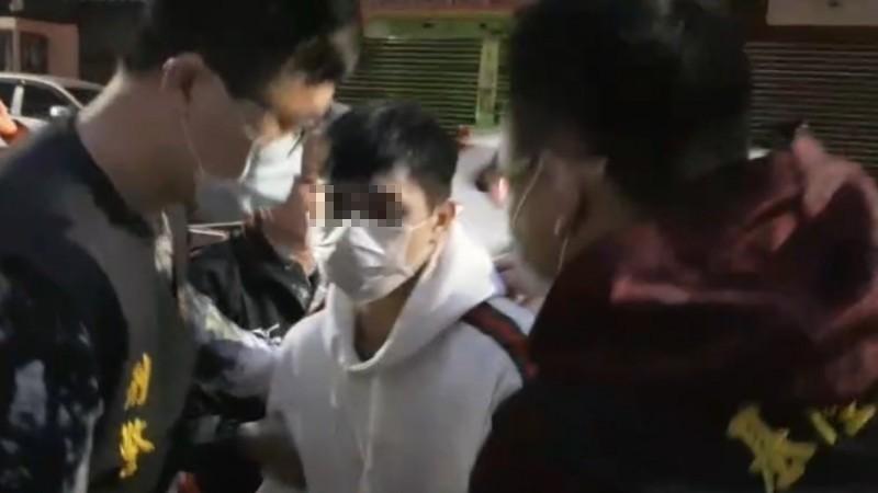 警方傍晚5時許,在巴塞隆納社區逮到行兇的30多歲陳姓男子,詢問釐清他犯案動機。(記者林嘉東翻攝)