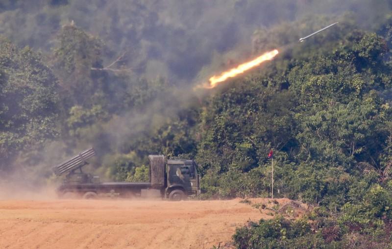 緬甸在2018年,與中國相鄰的邊境城鎮也曾爆發武裝衝突,當時有3枚火箭彈落入中國。圖為緬甸火箭彈。(歐新社)
