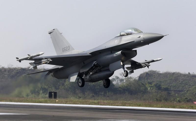 洛馬將在國際市場上推銷F-16戰鬥機,由於台灣有出資參與F-16V的研發,因此各國若要購買F-16V或同等級戰機,洛馬就必須向台灣支付回饋金。圖為我空軍的F-16V。(美聯社)