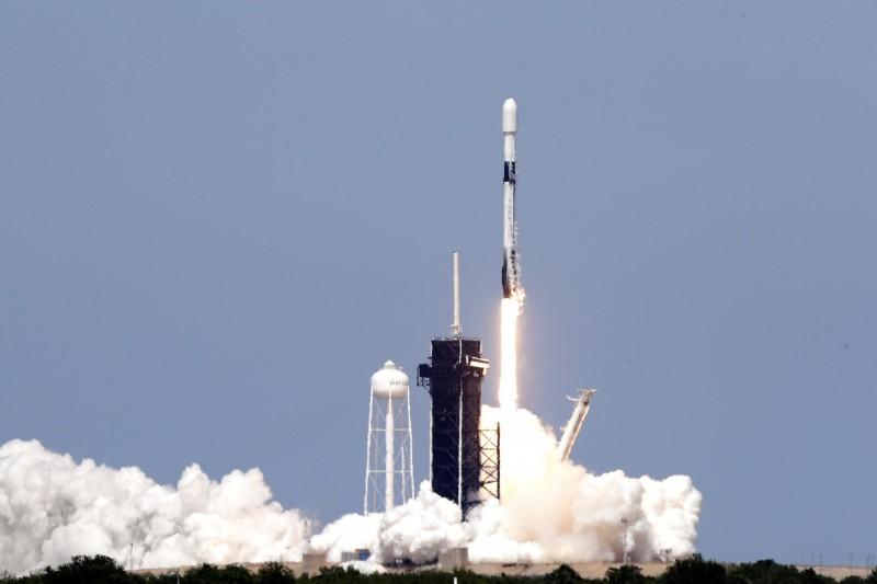 美國太空探索技術公司SpaceX本週三,再成功發射並部署第7批「星鏈計劃」(Starlink)中的60顆衛星進入軌道。(美聯社)
