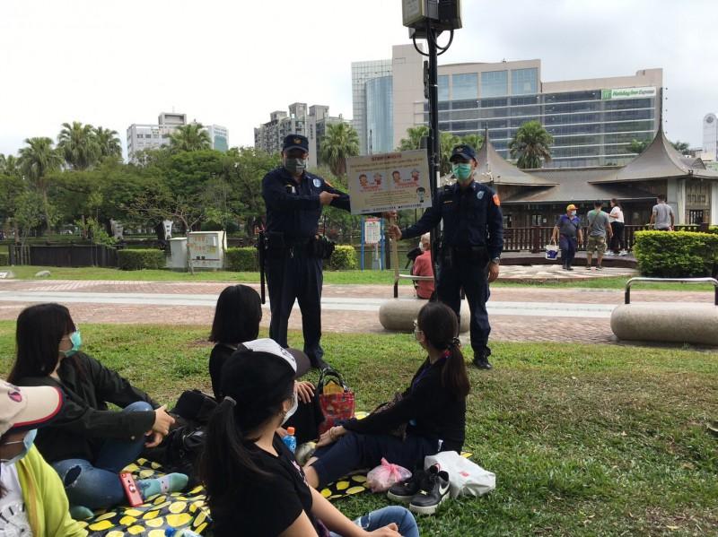 警方到台中公園向移工宣導防疫觀念。(記者許國楨翻攝)
