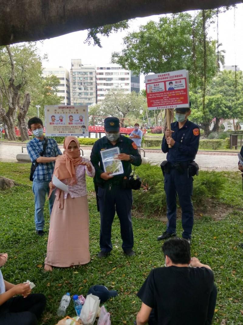 警方特別以各國移工的母語,製作醒目、圖示簡單的圖卡,讓移工一目瞭然。(記者許國楨翻攝)