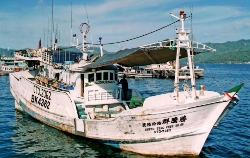 屏東琉球籍漁船「勝騰群66號」疑沒掛國旗航行,遭印尼查扣。(記者葉永騫翻攝)