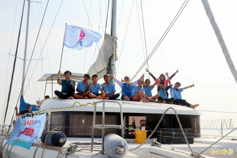 7名畢業生駕乘「海洋夢想號」完成畢旅。(記者黃旭磊攝)