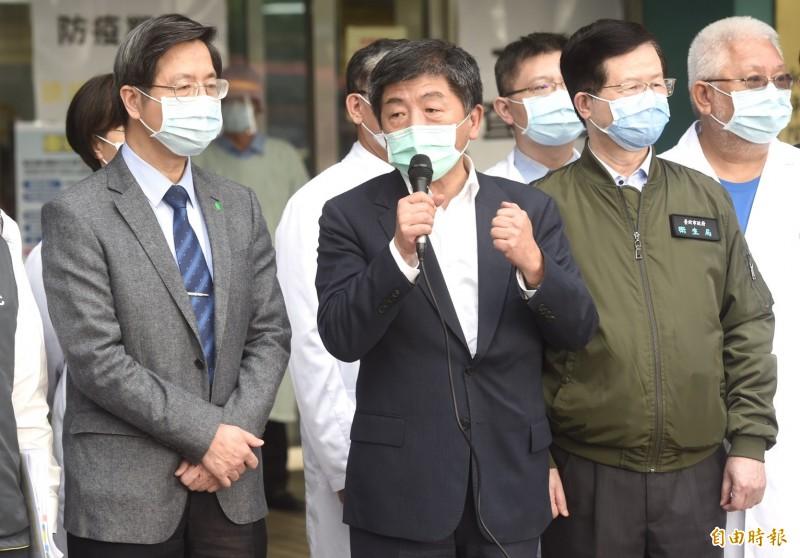 中央流行疫情指揮中心指揮官陳時中(中)視導台北市立聯合醫院和平院區醫療整備情形,勉勵防疫醫護人員。(記者簡榮豐攝)