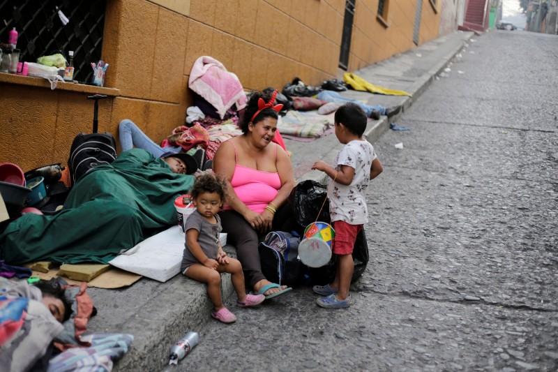 瑪拉迪亞加和她的孩子被迫露宿街頭。(路透)