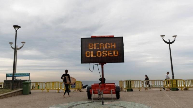 澳洲雪梨庫吉海灘為想運動的民眾開放,卻因多人未遵守社交距離,開放僅3小時再次關閉。(圖擷自推特)