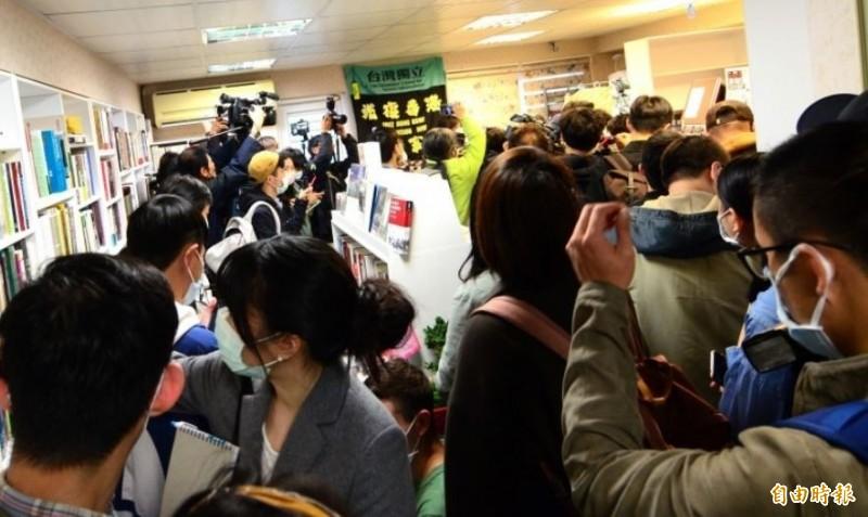 銅鑼灣書店25日在台北正式開幕,開幕第一天的晚間,就有網友在社群平台貼出照片,並發文表示,書店裡面的書「真的就像衛生紙一樣被清空」!(記者王藝菘攝)