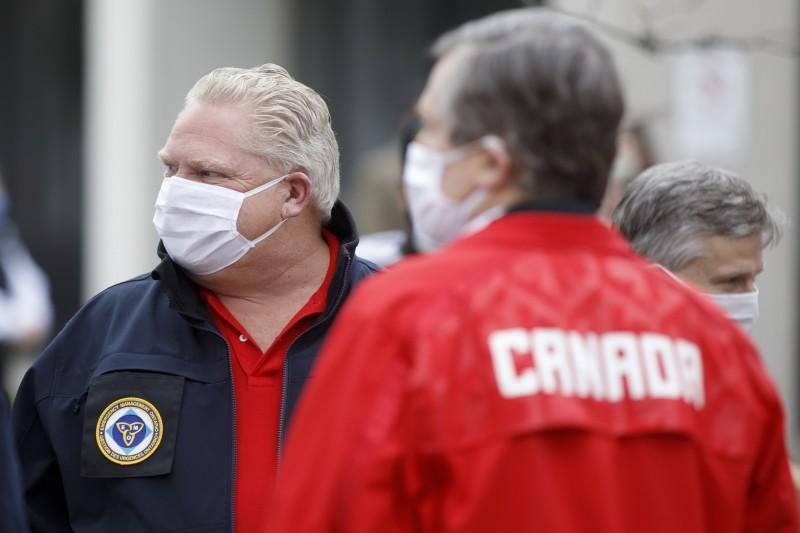 加拿大政府表示,約有100萬個中國進口的口罩不符合標準。圖為加拿大安大略省省長福特(Doug Ford,圖左)戴口罩防疫。(彭博)