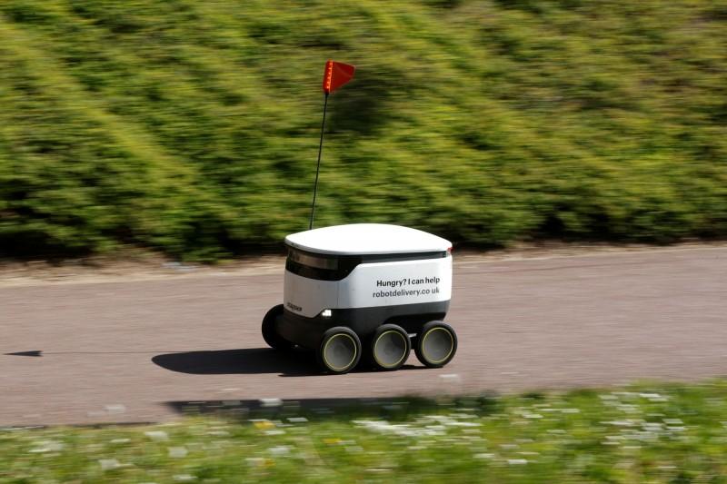 Starship Technologies公司於3月起派小機器人進駐英國中部新市鎮密爾頓凱因斯(Milton Keynes),替醫療人員進行免費送餐服務,一般民眾亦可付費使用,圖為送餐機器人。(路透)