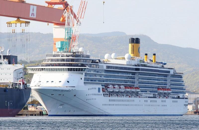 歌詩達大西洋號郵輪停靠於日本長崎港,繼91人確診武漢肺炎後,又有約60人驗出病毒陽性。(法新社)