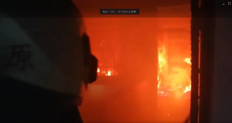 台中市豐原區復興路一處5樓透天民宅發生火災,消防人員到場灌救。(記者歐素美翻攝)