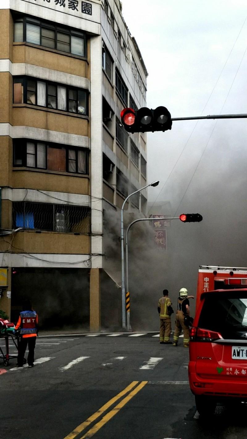 台南市中西區西門路一段一家餐飲店失火、冒出大量濃煙。(記者王俊忠翻攝)