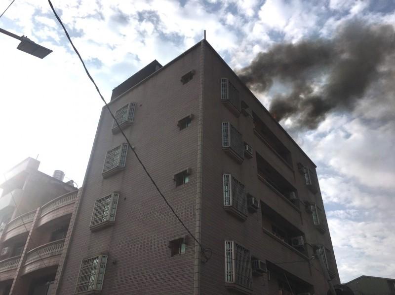新化透天厝火警,消防隊全力灌救,阻止延燒至一旁鴿舍。(記者吳俊鋒翻攝)