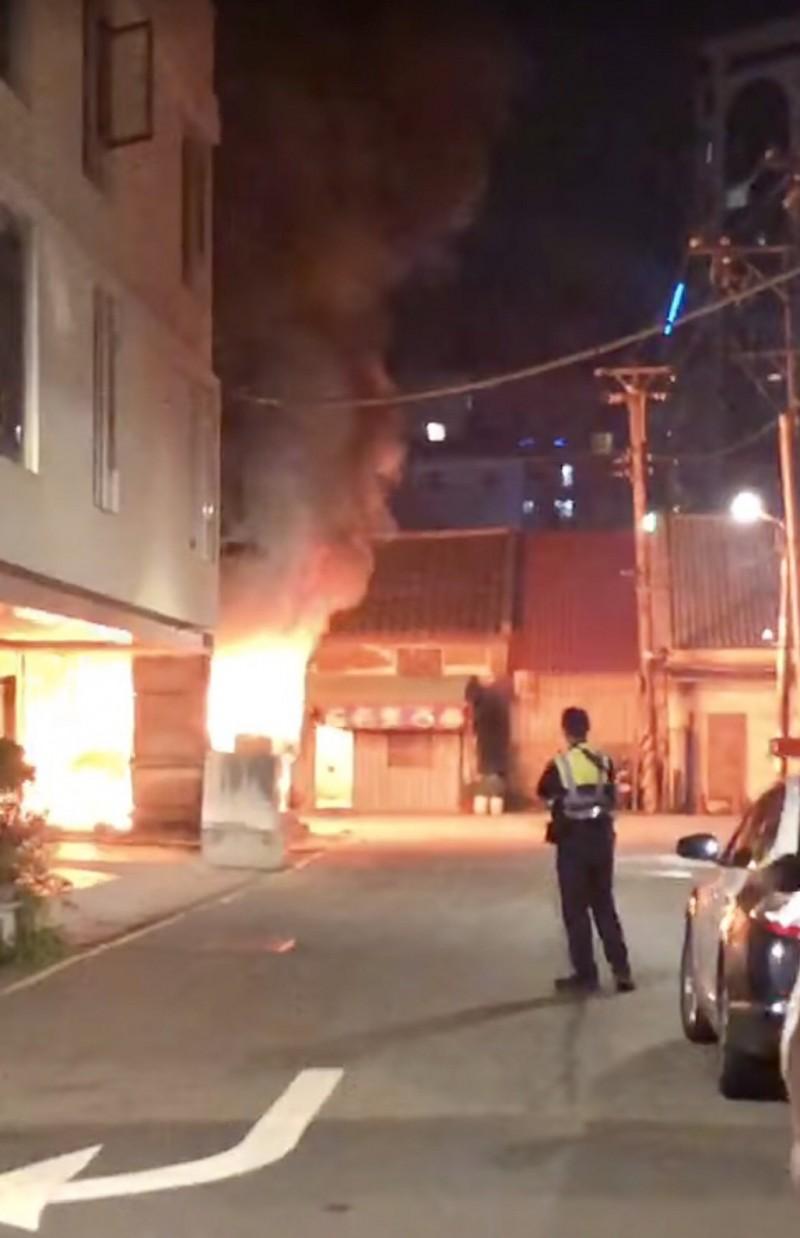 八德區廣興路1036巷弄內,某家製香公司的倉庫發生火警。(記者陳恩惠翻攝)