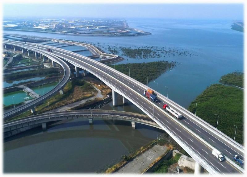 西濱快速道路彰化段區間測速系統才上路1個多月卻驚傳出包。(記者湯世名翻攝)