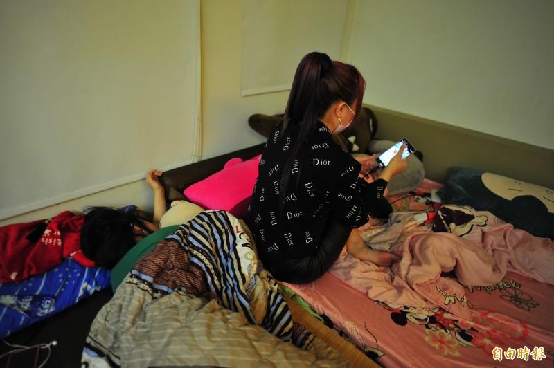 「小公主」與室友擠在同一張床上,卻穿名牌A貨,他說,這個社會就是這樣,越窮的人越喜歡打扮的光鮮亮麗,至少外表上她不能認輸。(記者王捷攝)