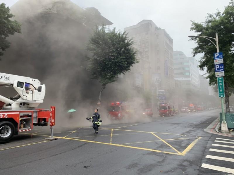 北市林森錢櫃旗艦店傳出發生大火。(記者劉慶侯翻攝)