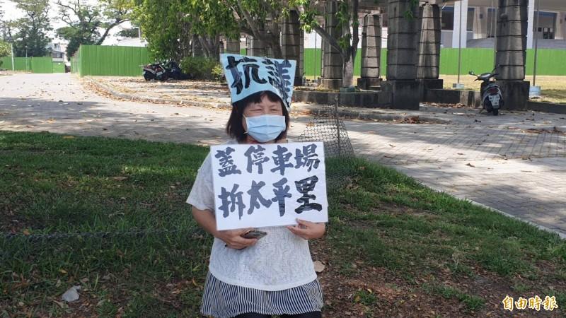 縣議員蔣月惠戴口罩持續到屏東公園靜坐抗議。(記者葉永騫攝)