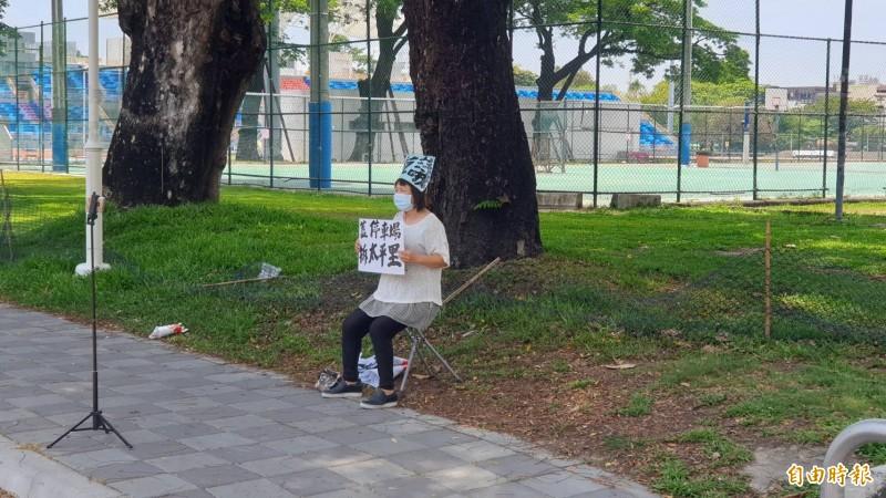 縣議員蔣月惠反對屏東公園蓋地下停車場。(記者葉永騫攝)