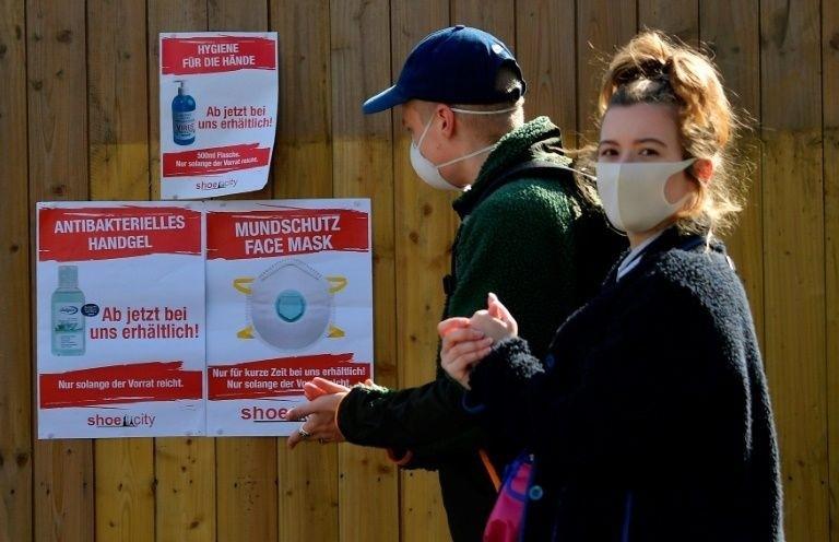 德國全境27日起強制民眾在大眾運輸和商店內必須戴口罩。 (法新社)