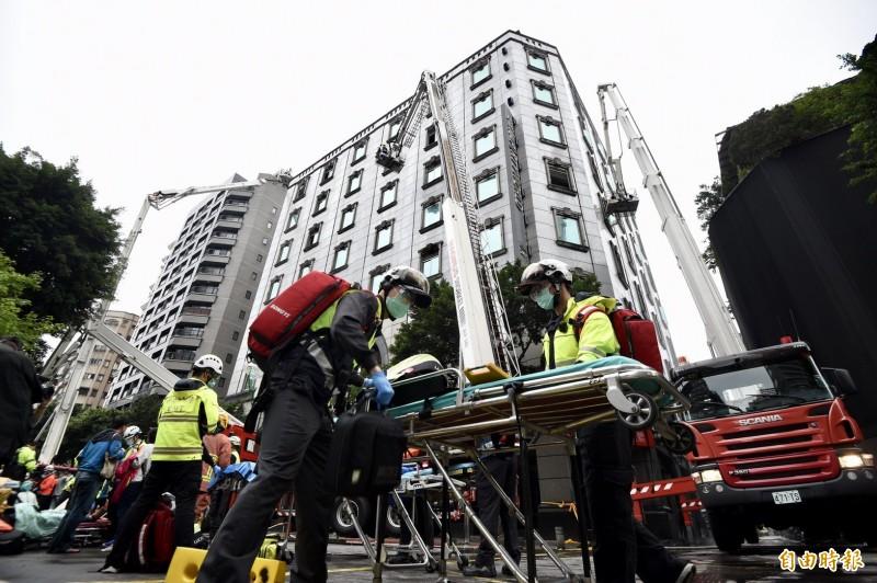 台北市中山區林森北路錢櫃KTV大火共54人送醫,其中5人不幸喪生,錢櫃KTV對此發表聲明稿,其中除了向社會大眾致歉,並也強調會負起該有責任,絕不卸責。(記者羅沛德攝)