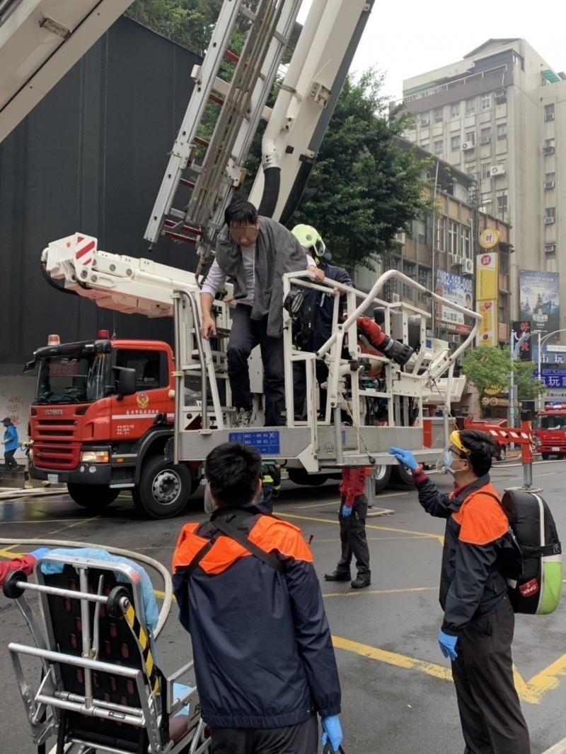 消防員以雲梯車救出受困民眾。(記者劉慶侯翻攝)