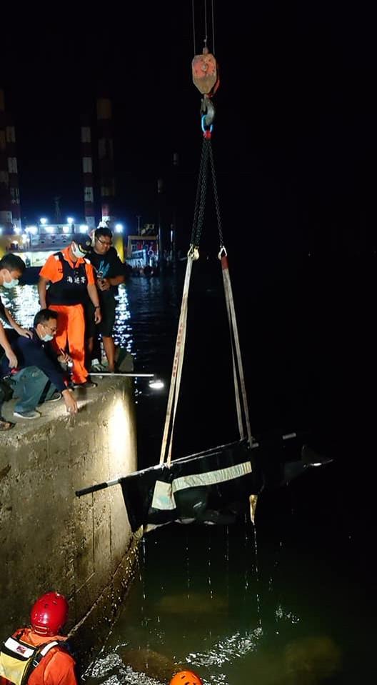 成大海洋生物暨鯨豚研究中心昨晚獲報,指有10多只虎鯨在高雄紅毛港區迷航,之後發現有3隻小虎鯨死亡,稍晚則在現場發現還有一隻還有生命跡象,目前這隻小虎鯨已被送到位於四草的救援池。(圖擷自臉書)